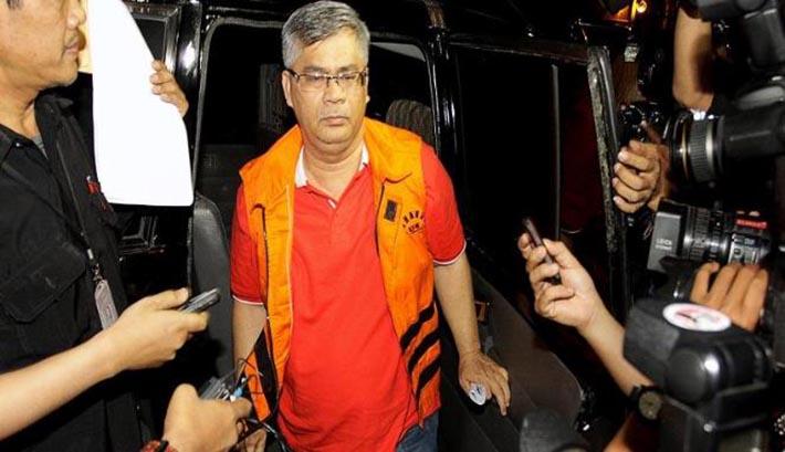Jabatan tinggi tidak membuatnya merasa 'kecukupan'. Ketua Mahkamah Konstitusi, Akil Mochtar, keluar mobil tahanan KPK. (nasional.news.viva.co.id)
