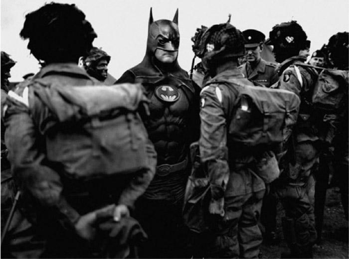 Salah satu foto Agan dalam serial SUPERHERO - Batman sedang mealtih pasukan terjun payung Perang Dunia II (mymodernmet.com)
