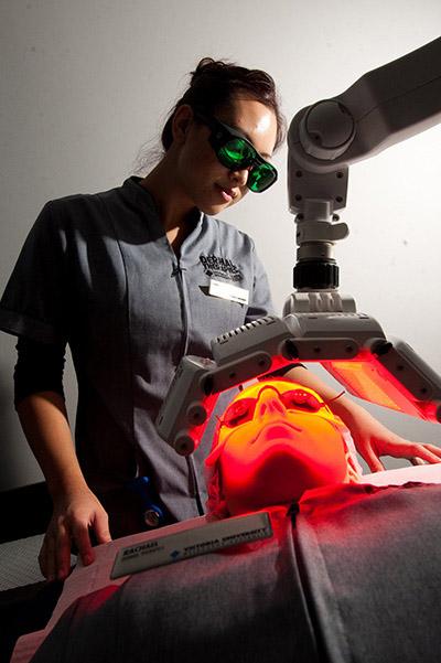 Mahasiswa menggunakan terapi sinar LED