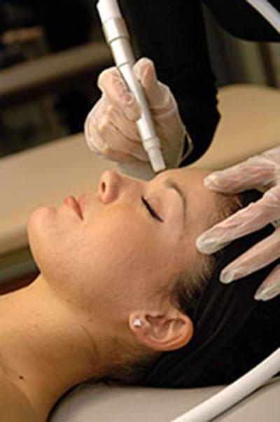 Tindakan microdemabrasion di klinik pelatihan dermal therapies.
