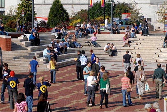 Piazza, tempat para mahasiswa bersosialisasi dan bersantai di alam terbuka