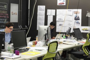 Mahasiswa tingkat Master sedang mengerjakan tugas di kampus (foto: Ina Liem)
