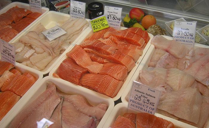 Daging salmon hasil budidaya modern dijual di supermarket