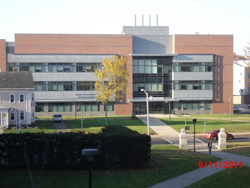 Gedung Lasry Center for Biosciences memiliki lebih dari dua belas laboratorium modern khusus biologi dan merupakan gedung ramah lingkungan bersertifikasi hijau LEED.