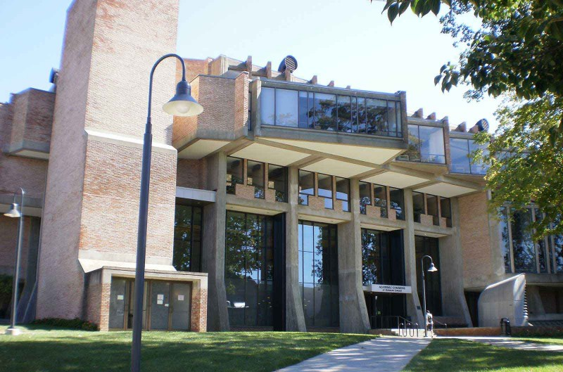 Goddard Library 2, perpustakan pusat kampus yang namanya diambil dari alumnus dan dosen Clark University, Robert Goddard, tokoh roket modern (foto: Gaia Khairani)
