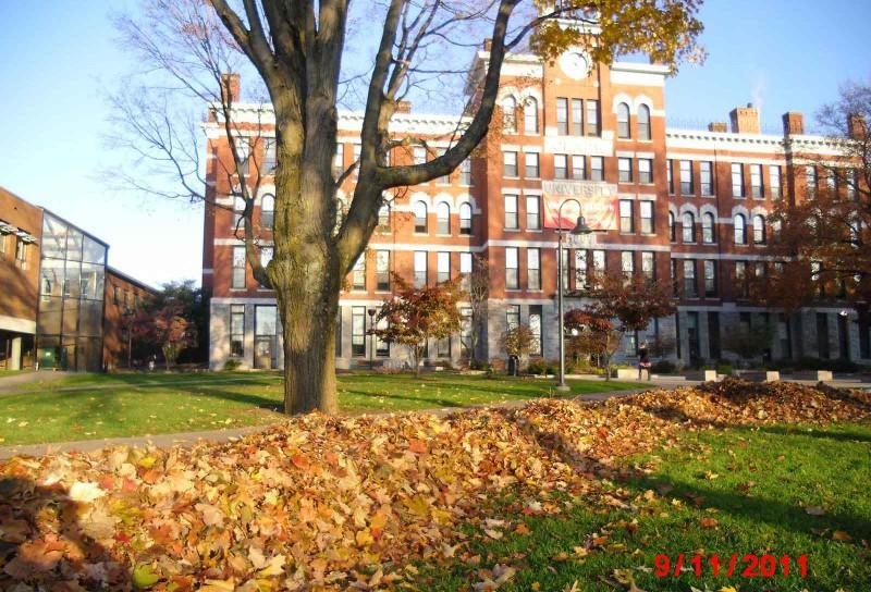 Gedung Jonas Clark adalah gedung pertama yang didirikan di kampus Clark University, dikelilingi warna-warni dedaunan musim gugur (foto: Gaia Khairani)
