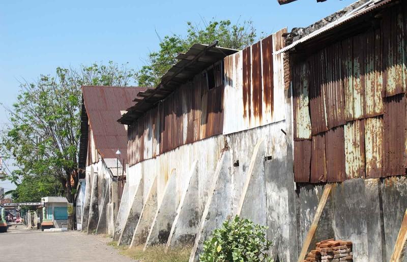 Gudang-gudang dari zaman kolonial masih berdiri kokok di depan dermaga pelabuhan Pasuruan (foto: Jurusanku)