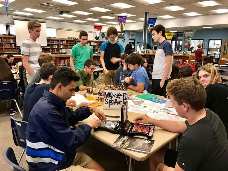Para remaja di sebuah makerspace. (foto: oneday.net)