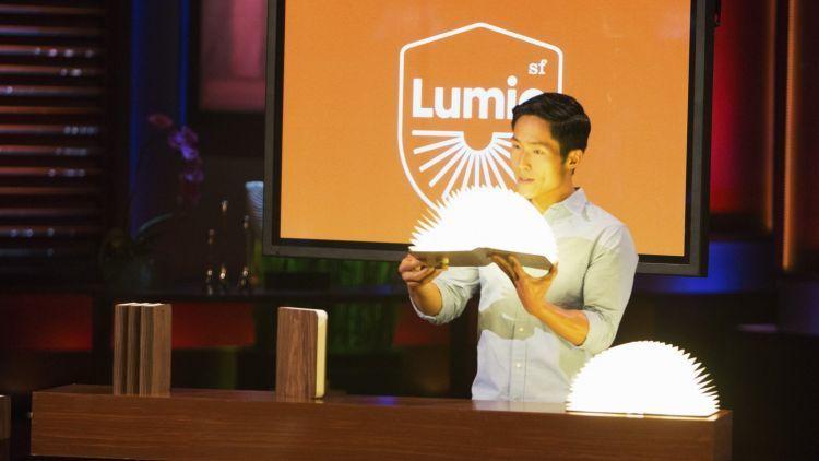 Max Gunawan dengan ciptaannya, Lumio (foto: http://www.hipwee.com)
