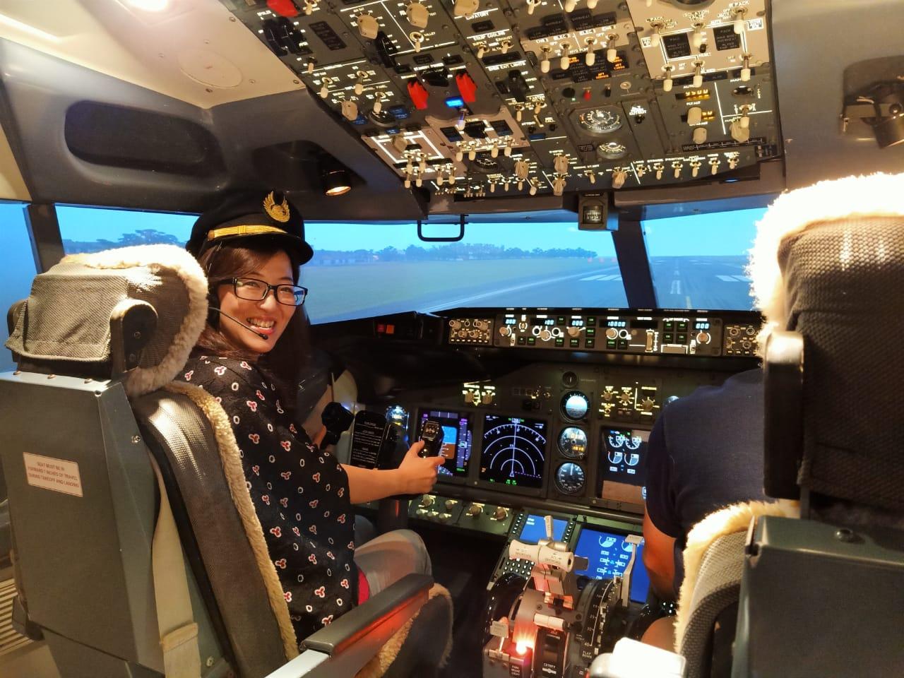 Ina Liem di dalam simulator pesawat Boeing (foto: Jurusanku.com)